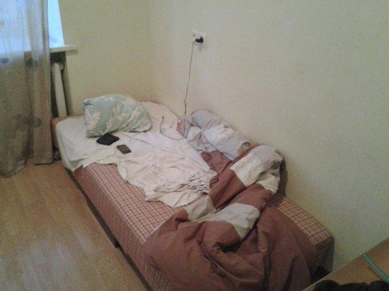 Cheap & Good Apartments : il letto, un piccolo lenzuolo e un piumone leggero