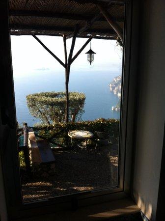 La Tagliata: Vista+terrazzino. Sotto la finestra c'è la vasca