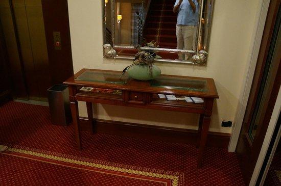 BEST WESTERN PREMIER Hotel Astoria: Холл возле лифта