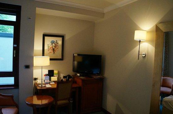 BEST WESTERN PREMIER Hotel Astoria: Телевизор и стол