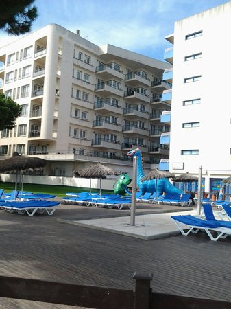 Tahiti Playa Suites : Looking towards the apartments from the beach.