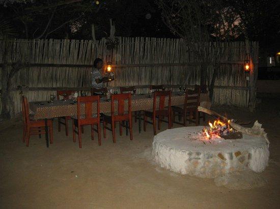 Masodini Private Game Lodge: Außenbereich für Abendessen
