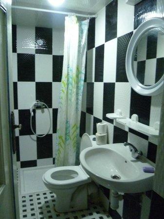 Hotel Tiout: modern bathroom