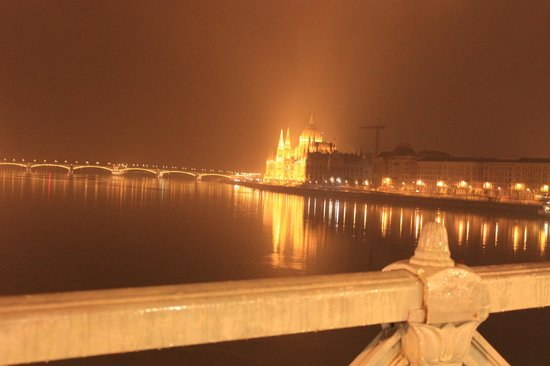 Hotel Metro: Parliament view from Chain Bridge in Night