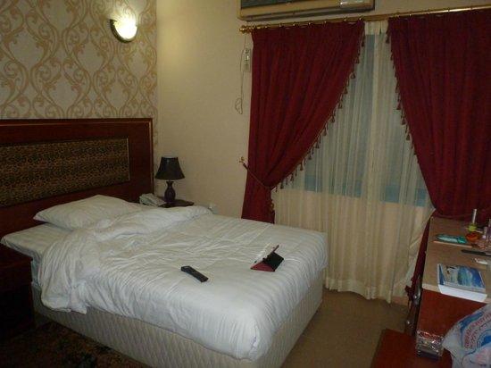 Skyways Hotel : Большая и удобная кровать