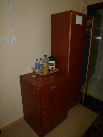 Skyways Hotel : Холодильник почему-то в шкафу, сильно нагревается; шкафа вполне достаточно, чтобы разложить свои