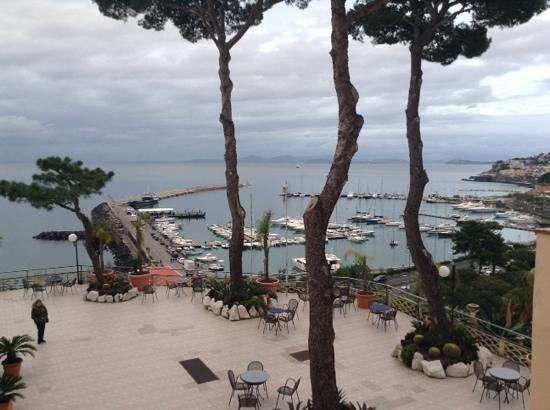 Hotel Terme Cristallo Palace: foto dalla mia stanza con vista sulla terrazza