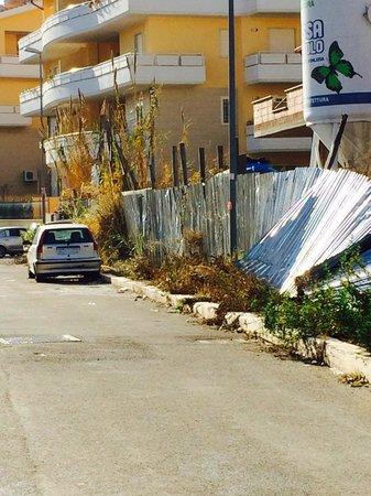 Hotel Palace Nardo : Zona abbandonata in cui sorge l'albergo