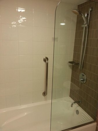 DoubleTree by Hilton Hotel Cairns: Small shower