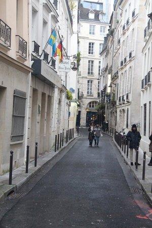 Relais Hotel du Vieux Paris: Hotel on the left