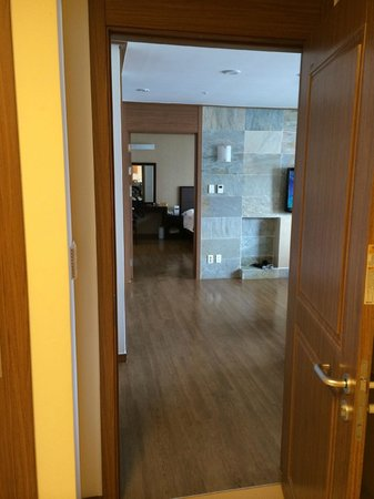 Holiday Inn and Suites Alpensia Pyeongchang Suite : view of lounge and master bedroom from ondol room