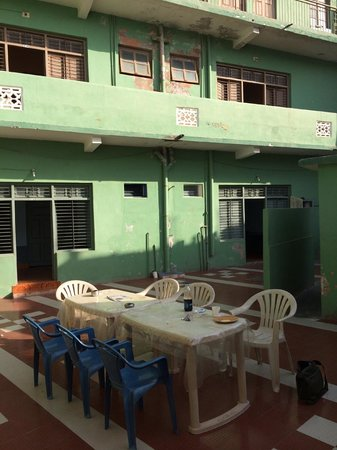City Guest House: Courtyard with shared breakfast table