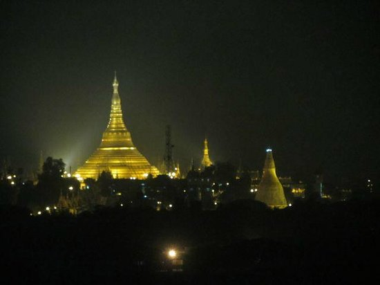 Sule Shangri-La Yangon: View of Shwedagon Pagoda (zoomed in) from the room
