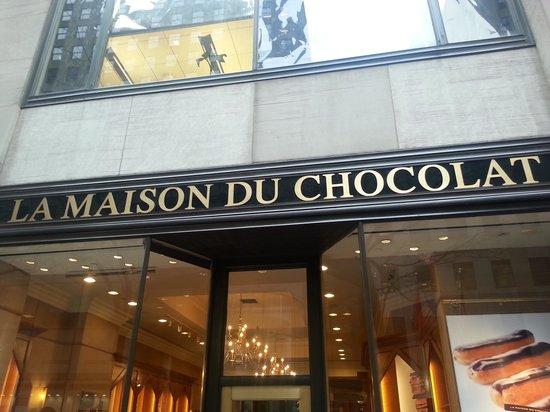 La Maison du Chocolat: Window treatment begs and dares you to enter.