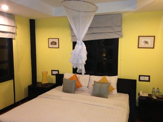 Pagoda Rocks Boutique Guesthouse: Our bedroom. Lovely wooden floors, comfy bed and nice view!
