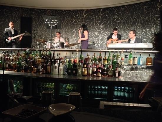 Oryx Rotana Doha: jazz bar with live music ...behind the bar :)