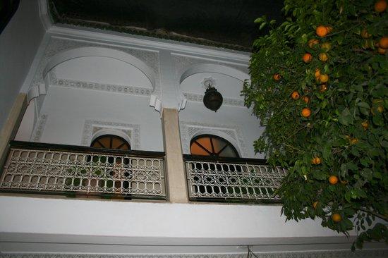 Riad Aguerzame : vu du patio sur le balcon des chambres