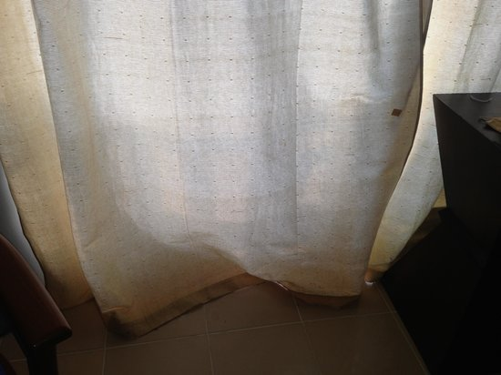 Lanta Palace Resort & Beach Club: Stains all over curtains