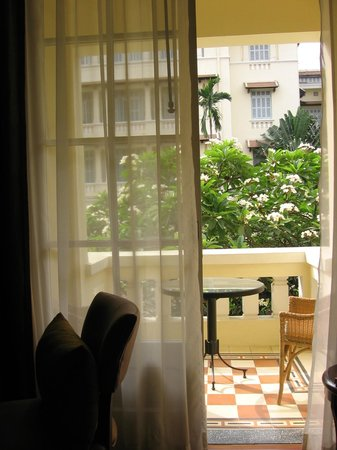 """Raffles Hotel Le Royal: petite terrasse d'une """"state room"""" pool view"""