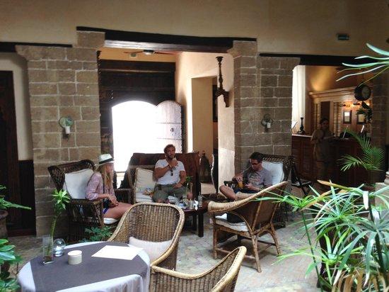 Villa de l'O : Autre partie de la réception de l'hotel
