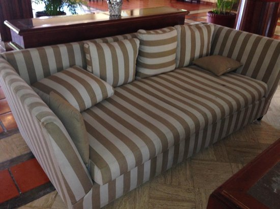 Allegro Cozumel: Sofa in lobby, all funrniture was worn, soiled and broken