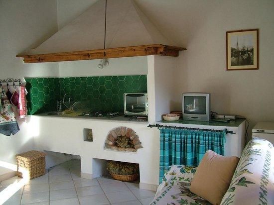 La cucina con l\'antica Cappa - Foto di Residence Cala Francese, La ...