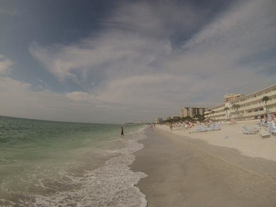Sandcastle Resort at Lido Beach : Veiw North along the beach in front of the Helmsley