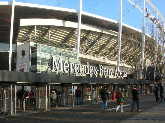 Mercedes Benz Arena: ここがメインの入り口になります(席によっては違う入り口かも)
