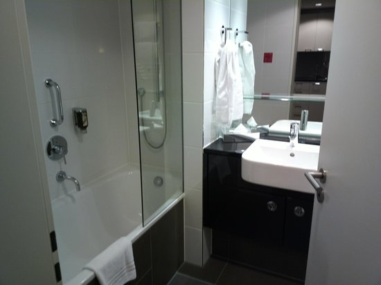 Adina Apartment Hotel Berlin Mitte : Bathroom