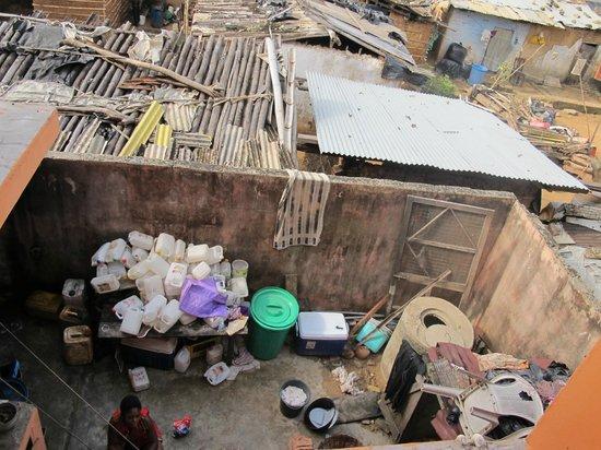 Busua Inn : cour de cuisine pleine d'ordures et taudis environnemental