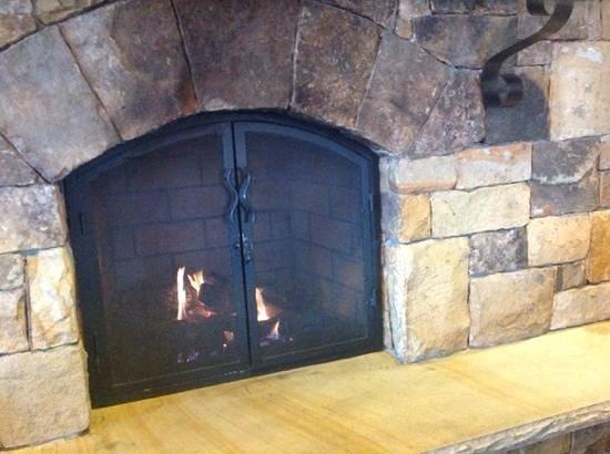 Hampton Inn Atlanta/Stone Mountain: Fireplace in Lobby