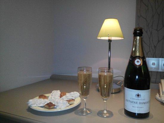 Hôtel-Restaurant Le Fruitier : Champagne + mignardise