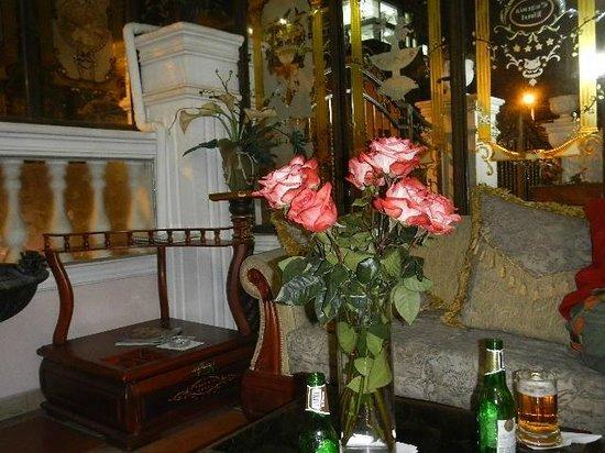 Eugenia Hotel: Glass enclosed sitting area