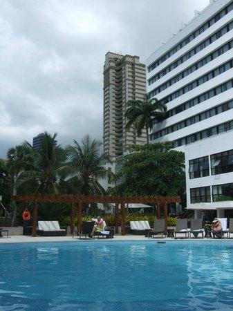 Sheraton da Bahia - Hotel Salvador: Piscine de l'hôtel : agréable mais manque de parasols