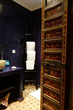 Dar Faracha Fès : Beautiful purple bathroom