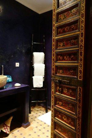 Dar Faracha Fès: Beautiful purple bathroom