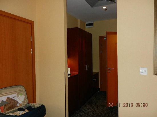 Courtyard by Marriott Warsaw Airport: Room view inside