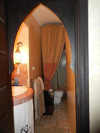 Riad Kheirredine : salle de bains chambre rose