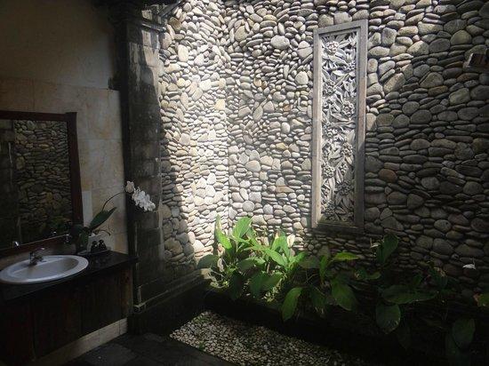Sri Ratih Cottages: Bathroom