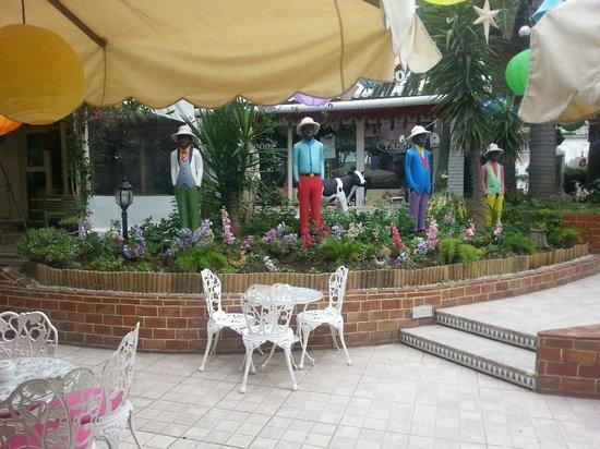 Hotel Plaza Corniche: Outside seating area Plaza Corniche
