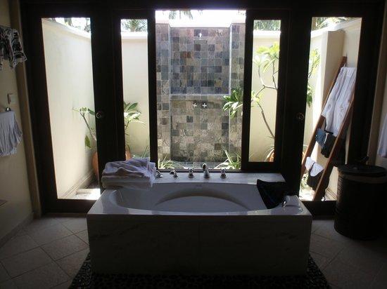 Kurumba Maldives : Baignoire et douche extérieure