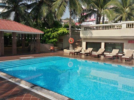 The Gateway Hotel Beach Road : poolside