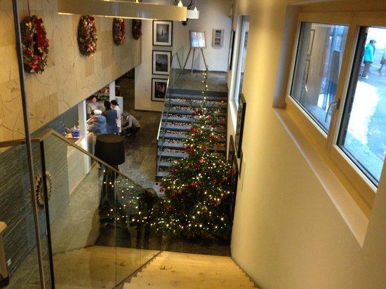 Nira Alpina: Hotel Empfang mit Weihnachtsbaum