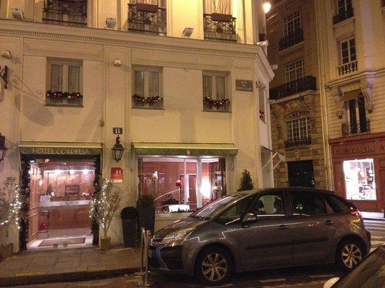 Hotel Cordelia : 夜の外観