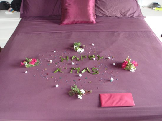 Asian Jewel Boutique Hotel: XMAS BED DECORATION IN LILY