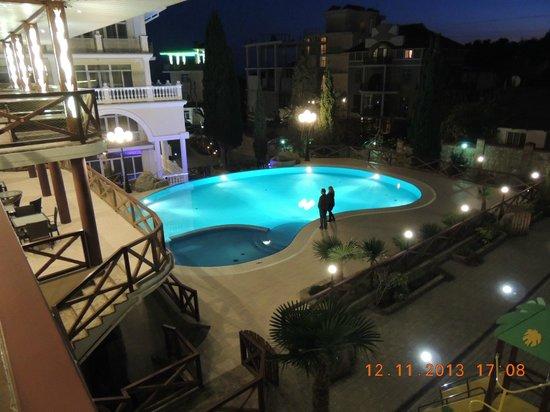 Katsiveli: бассейн вечером
