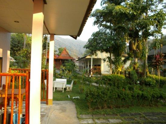 Sanook Sanang Resort: Links die Normalen, rechts die Aircon Zimmer.