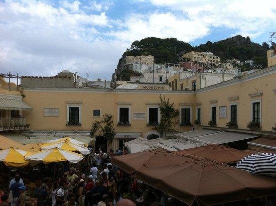 Piazza Umberto I a Capri, i tanti bar che la riempiono