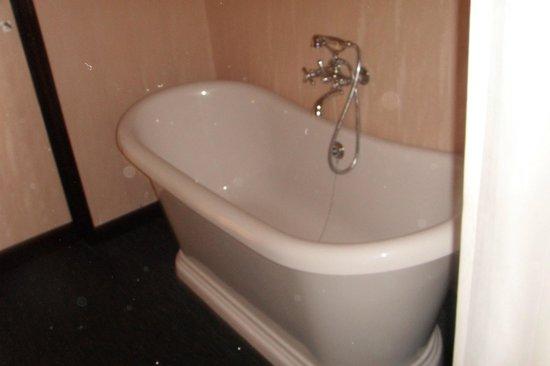 Hotel Le Berger : baignoire dans la chambre