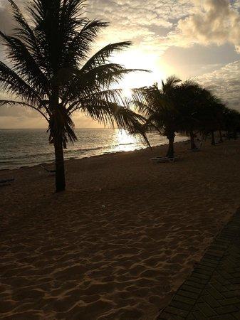 Wyndham Reef Resort : The sunset on the beach